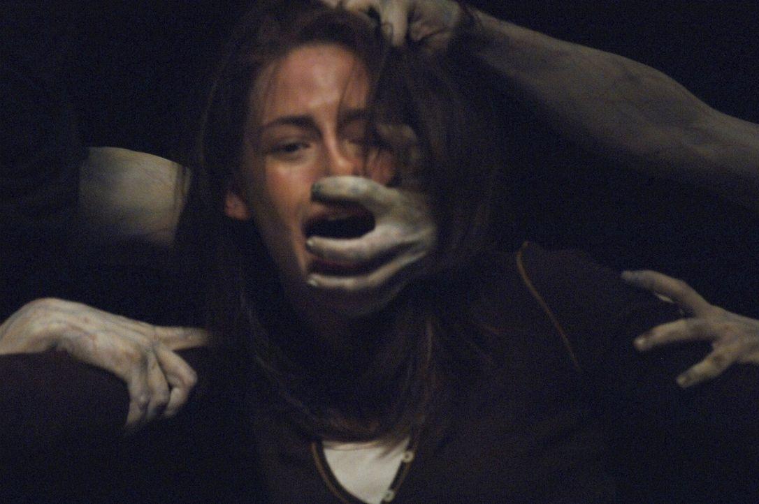 Niemand sieht sie, doch Jess (Kristen Stewart) wird von den unheimlichen Geistern angegriffen. Da macht sich das Mädchen daran zu entschlüsseln, was... - Bildquelle: 2005 GHP-3 SCARECROW, LLC.