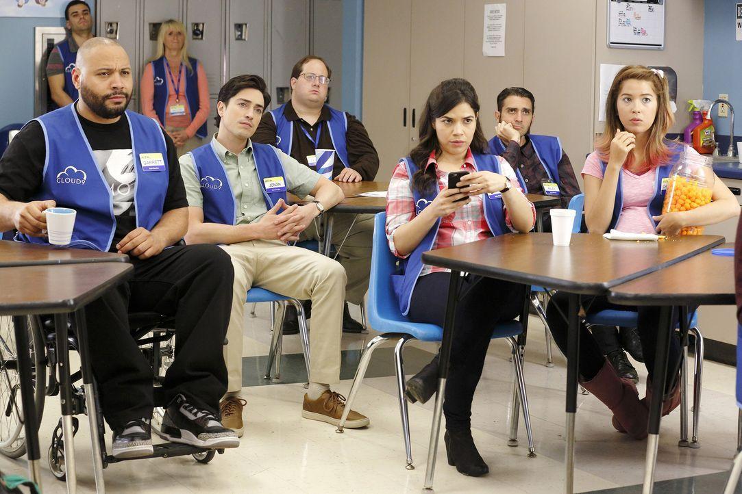 Das Team (Colton Dunn, Ben Feldman, America Ferrera, Nicole Bloom) muss sich wieder neue Regeln von der stellvertretenden Filialleitung Dina anhören. - Bildquelle: 2015 Universal Television LLC. ALL RIGHTS RESERVED. / Trae Patton