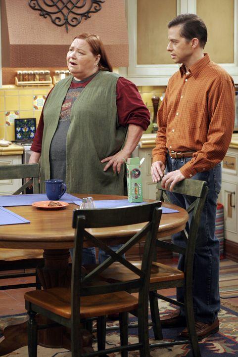 Berta (Conchata Ferrell, l.) und Alan (Jon Cryer, r.) sind überrascht, als Norman plötzlich bei Ihnen auftaucht ... - Bildquelle: Warner Bros. Television