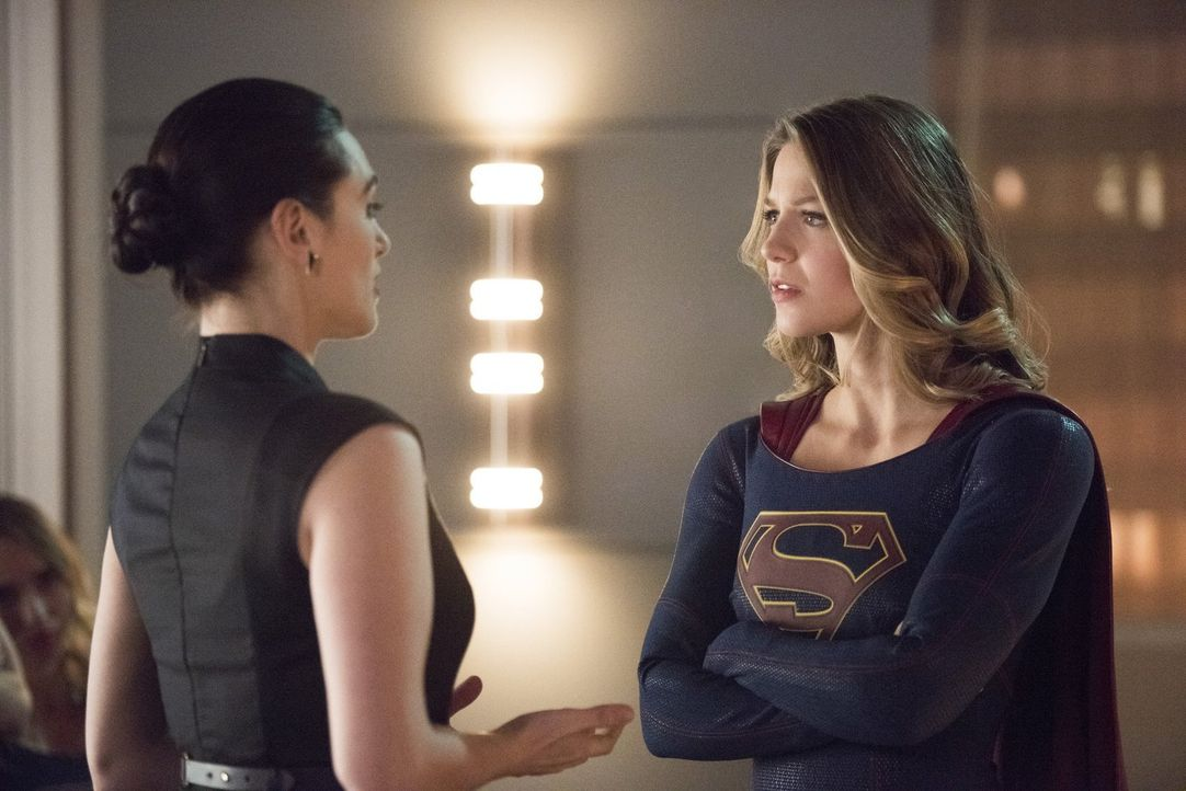 Lena (Katie McGrath, l.) hat eine riskante Idee, wie Kara (Melissa Benoist, r.) ihren Artikel bei Snapper Carr durchbekommen könnte, um Cadmus zu st... - Bildquelle: 2016 Warner Brothers