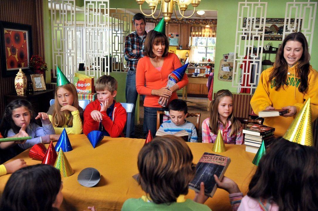 Brick (Atticus Shaffer, vorne M.) beschließt, spontan seine ganze Schulklasse zu seiner Geburtstagsparty einzuladen. Das stellt Mike (Neil Flynn, hi... - Bildquelle: Warner Brothers