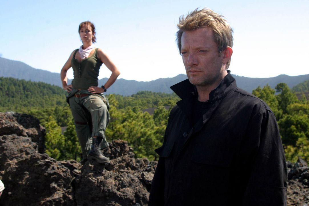 Helen (Juliet Aubrey, l.) warnt Cutter (Douglas Henshall, r.) vor einem Wesen, das über ungeahnte Fähigkeiten verfügt ... - Bildquelle: ITV Plc