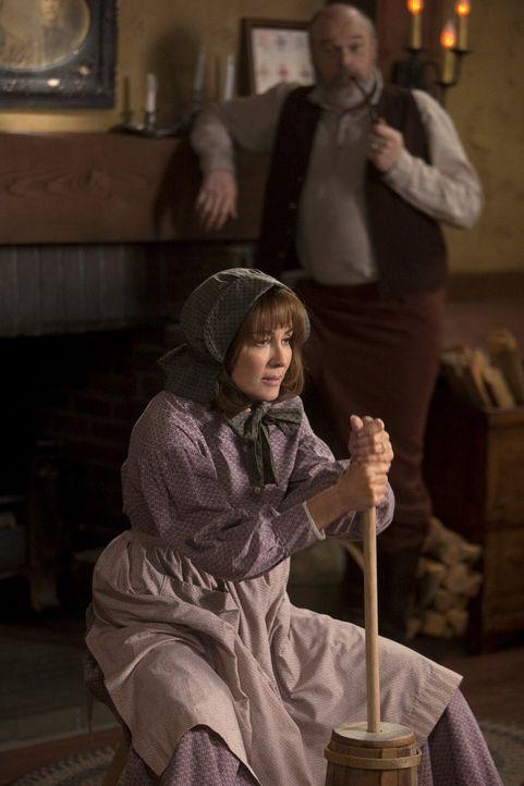 """Um Geld zu verdienen, verschlägt es Frankie (Patricia Heaton, l.) zurück ins 19. Jahrhundert. Sie spielt die Frau von """"Obadiah"""" (Rick Oveton, r.), d... - Bildquelle: Warner Brothers"""