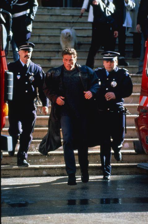 Auf der Suche nach dem Mörder seines Zwillingsbruders verstrickt sich Inspektor Alain Moreau (Jean-Claude Van Damme) in Intrigen mit der Russen-Mafi... - Bildquelle: Sony Pictures Television International. All Rights Reserved.