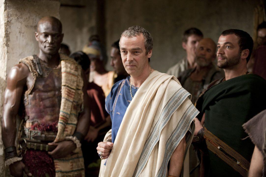Während Spartacus einen Kampf nach dem anderen gewinnt, machen sich Batiatus (John Hannah, M.), Drago (Peter Mensah, l.) und Ashur (Nick Tarabay, r... - Bildquelle: 2010 Starz Entertainment, LLC