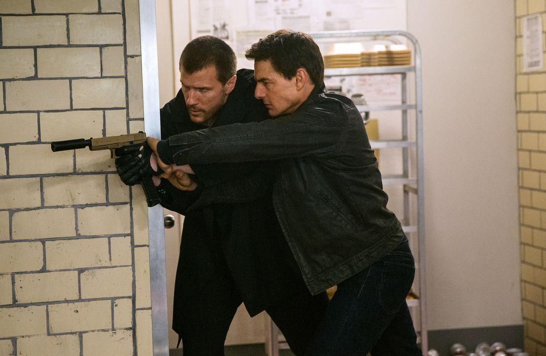 Um seine Unschuld zu beweisen, muss sich Jack Reacher (Tom Cruise, r.) auch gegen den Jäger (Patrick Heusinger, l.) durchsetzen ... - Bildquelle: Chiabella James 2016 PARAMOUNT PICTURES.  ALL RIGHTS RESERVED.