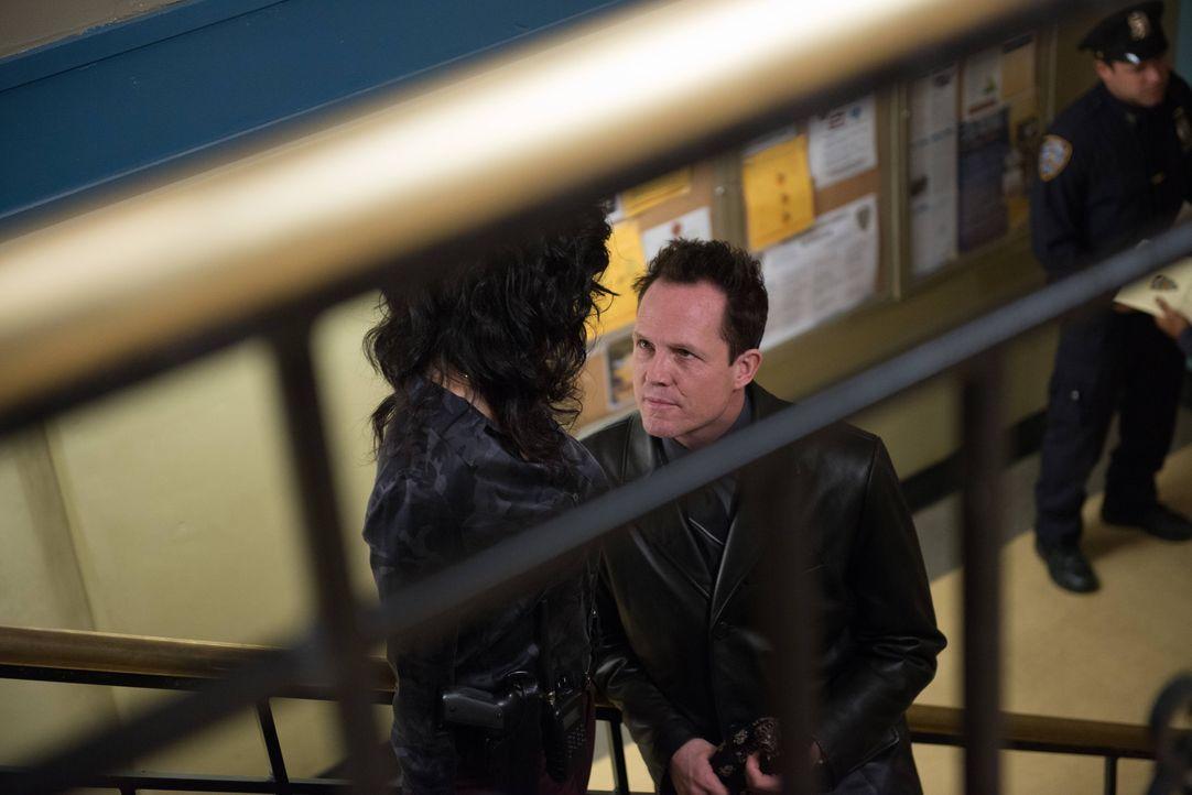 "Rosa Diaz (Stephanie Beatriz, l.); Detective ""Der Geier"" Pembroke (Dean Winters, r.) - Bildquelle: Eddy Chen 2013 NBC Studios LLC. All Rights Reserved. / Eddy Chen"