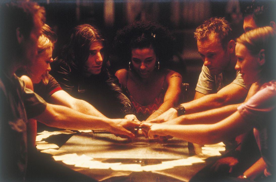 Spiritistische Sitzung mit tödlichen Folgen: (v. l. n. r.) Liam (Alec Newman), Stella (Lara Belmont), Rob (Joe Absolom), Joe (Mel Raido), Lucy (Mar... - Bildquelle: Universal Focus