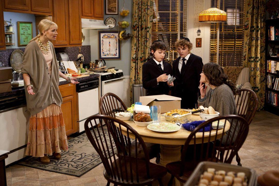 Die minderjährigen Jungs der jüdischen Familie, die bei Max (Kat Dennings, r.) und Caroline (Beth Behrs, l.) 80 koschere Cupcakes zum Bar Mitzwa F... - Bildquelle: Warner Brothers