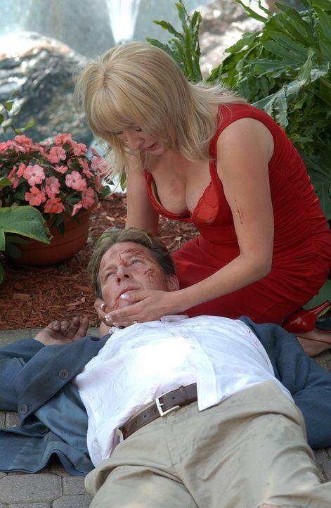 Als Clara Harris (Elizabeth Pena, r.) erfährt, dass ihr Ehemann ( Brett Cullen, l.) ein Verhältnis mit einer Jüngeren hat, rächt sie sich bitterlich... - Bildquelle: 2004 Sony Pictures Television Inc. All Rights Reserved.