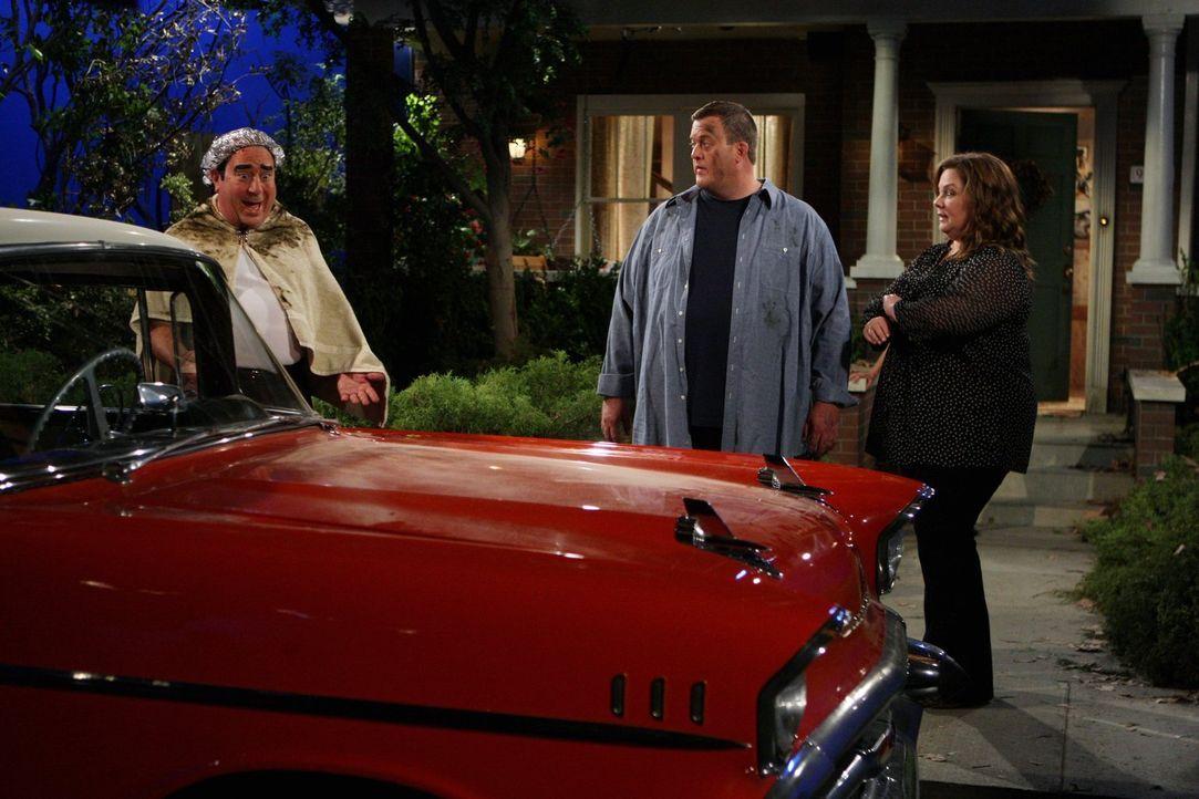 Während Mike (Billy Gardell, M.) und Molly (Melissa McCarthy, r.) gerade ihre Hochzeit planen, taucht Vince (Louis Mustillo, l.) in einem 57er Chevr... - Bildquelle: Warner Brothers