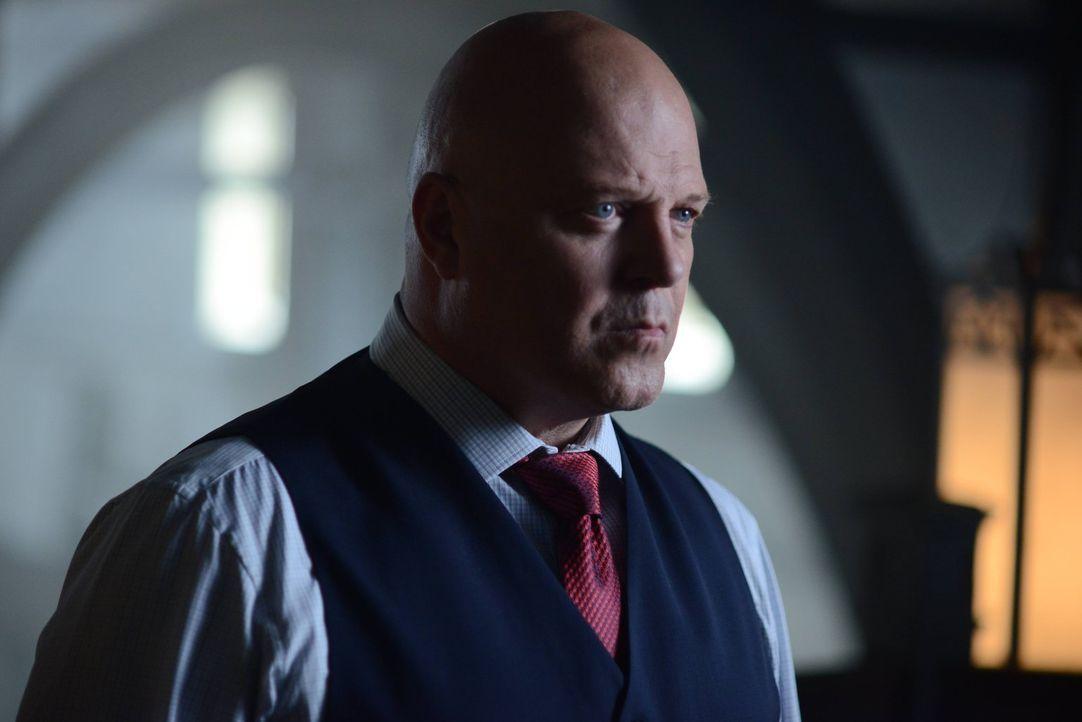 Nach dem Tod von Sarah Essen beginnt Barnes (Michael Chiklis) seine Arbeit als neuer Captain der GCPD und stellt als erste Amtshandlung eine neue So... - Bildquelle: Warner Brothers
