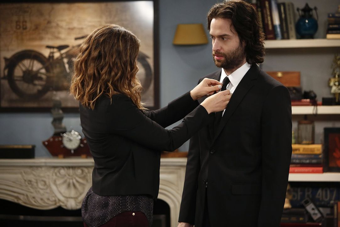 Versaut Danny (Chris D'Elia, r.) das Vorstellungsgespräch wieder? Leslie (Bianca Kajlich, l.) macht sich Sorgen um ihren kleinen Bruder ... - Bildquelle: Warner Brothers