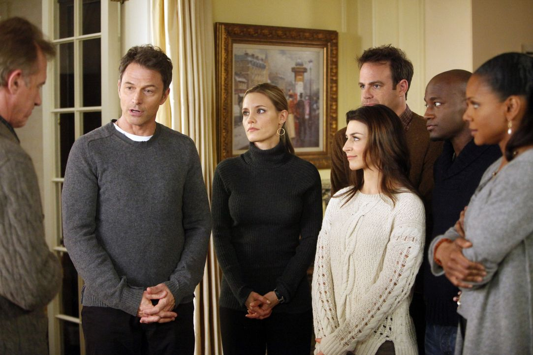 Während Violet und Sheldon zurück in der Praxis bleiben, fliegen Pete (Tim Daly, 2.v.l.), Sam (Taye Diggs, 2.v.r.), Naomi (Audra McDonald, r.), Am... - Bildquelle: ABC Studios