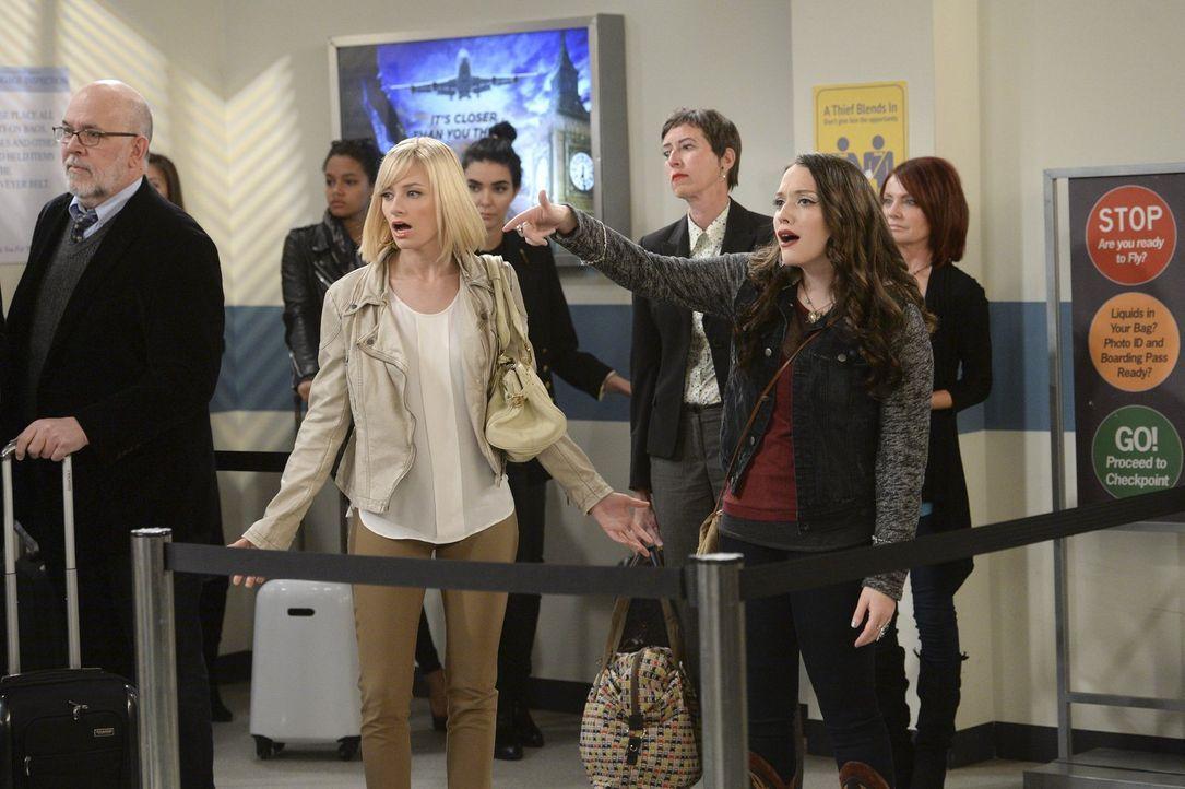 Können Caroline (Beth Behrs, l.) und Max (Kat Dennings, r.) verhindern, dass ihre neue Einnahmequelle das Land verlässt? - Bildquelle: Warner Bros. Television
