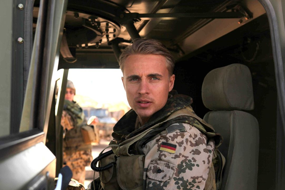 Vor wenigen Stunden saß Martin (Constantin von Jascheroff) noch bei einem Bier mit seinem besten Freund zusammen, der eigentlich als Soldat für di... - Bildquelle: Sife Ddine ELAMINE ProSieben