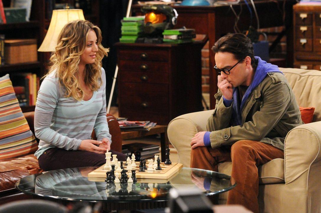 Leonard (Johnny Galecki, r.) ist verzweifelt - es sieht so aus, als würde ausgerechnet Penny (Kaley Cuoco, l.) ihn im Schach schlagen ... - Bildquelle: Warner Bros. Television