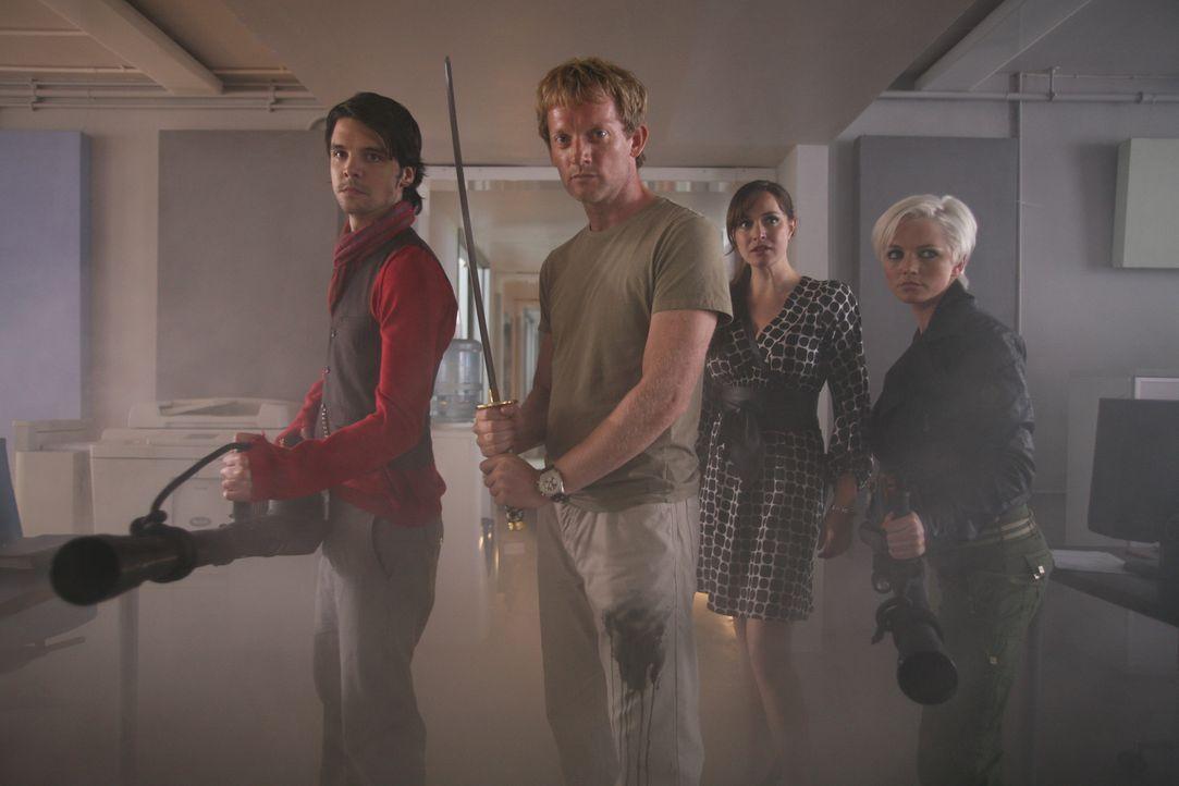 In einem Hochhaus tauchen plötzlich Riesenwürmer auf. Connor (Andrew Lee Potts, l.), Abby (Hannah Spearritt, r.), Cutter (Douglas Henshall, 2.v.l.... - Bildquelle: ITV Plc