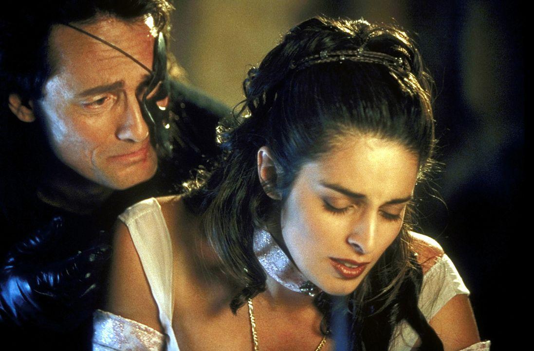 Auch der rücksichtslose General Nimbus (Anthony De Longis, l.) erliegt dem Charme der bezaubernden Prinzessin Shalazar (Lisa Ann Russell, r.) ...
