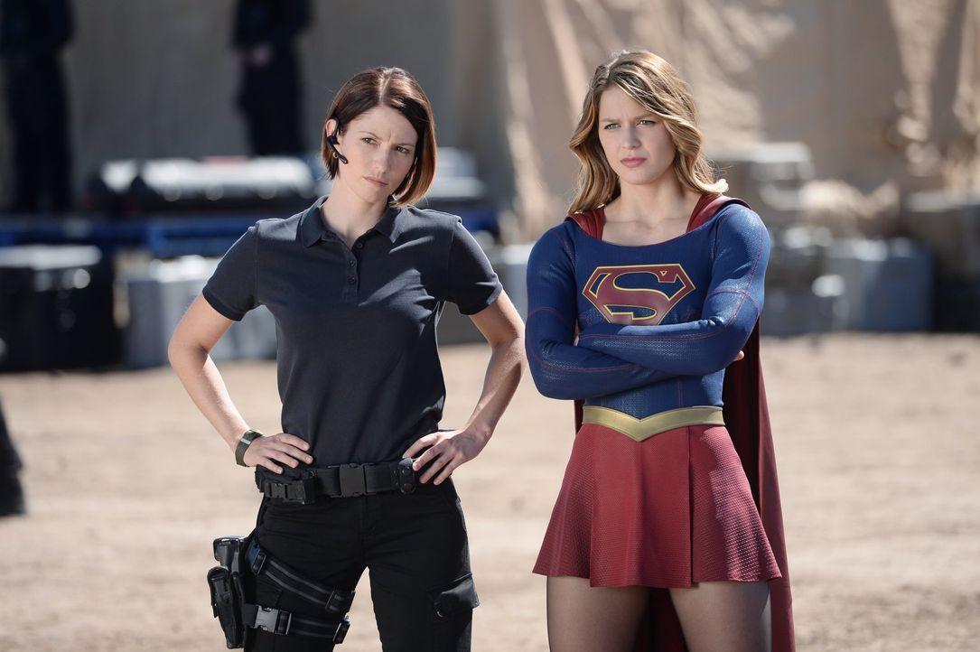 DEO-Agenten Alex (Chyler Leigh, l.) und Hank Henshaw werden vom Militär aufgefordert, Supergirl (Melissa Benoist) an den militärischen Offizier Gene... - Bildquelle: 2015 Warner Bros. Entertainment, Inc.