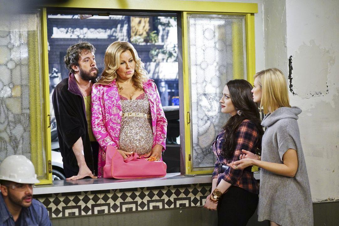 Während Oleg (Jonathan Kite, l.) und Sophie (Jennifer Coolidge, 2.v.l.) sich Sorgen um ihr Baby machen, geraten Max (Kat Dennings, 2.v.r.) und Carol... - Bildquelle: 2016 Warner Brothers