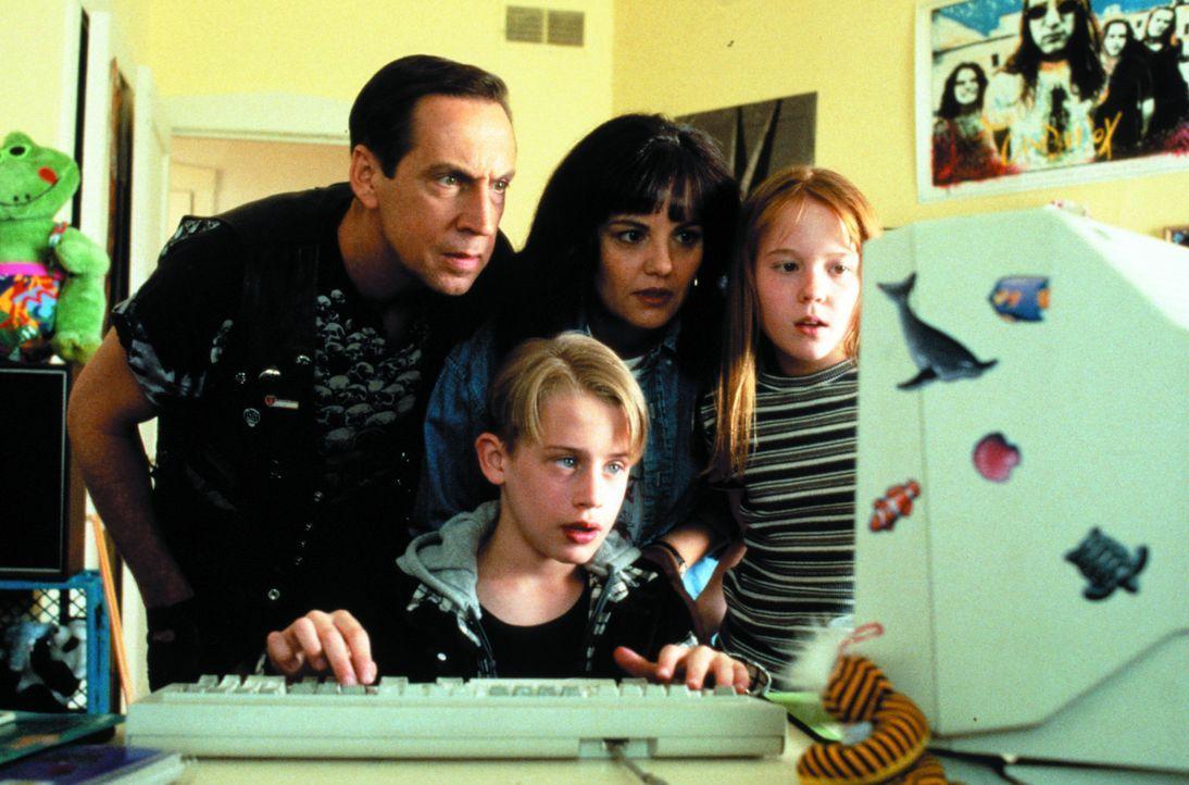 Als Verwandte an das Vermögen seiner verschollenen Eltern heran wollen, machen sich der verwöhnte Richie Rich (Macaulay Culkin, 2.v.l.) und sein t... - Bildquelle: 1994 Warner Bros.