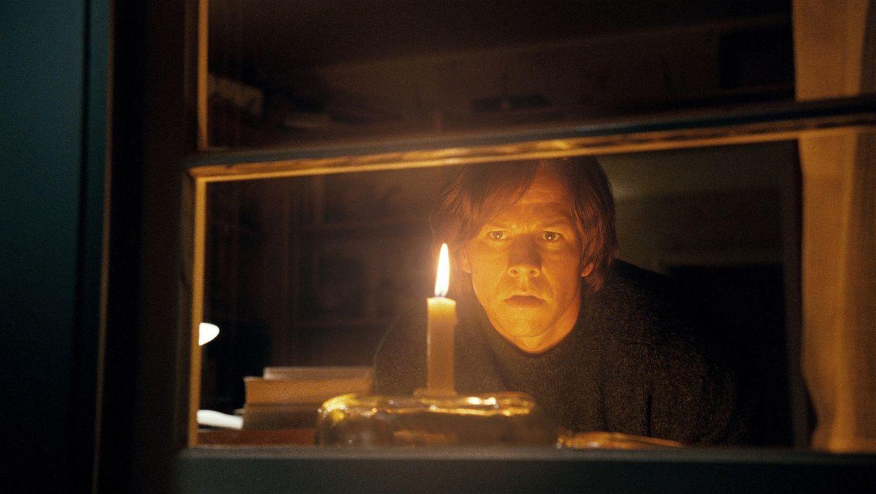 Noch will Jack Salmon (Mark Wahlberg) den Tod seiner Tochter nicht wahrhaben, und stellt ihr deshalb Nacht für Nacht eine Kerze ins Fenster ... - Bildquelle: 2009 DW Studios L.L.C. All Rights Reserved.