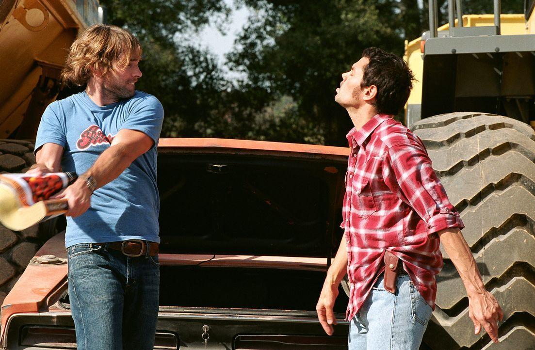Die wagemutigen Cousins Bo (Seann William Scott, l.) und Luke Duke (Johnny Knoxville, r.) machen mit ihrem aufgemotzten orangefarbenen 69er Dodge Ch... - Bildquelle: Warner Brothers International