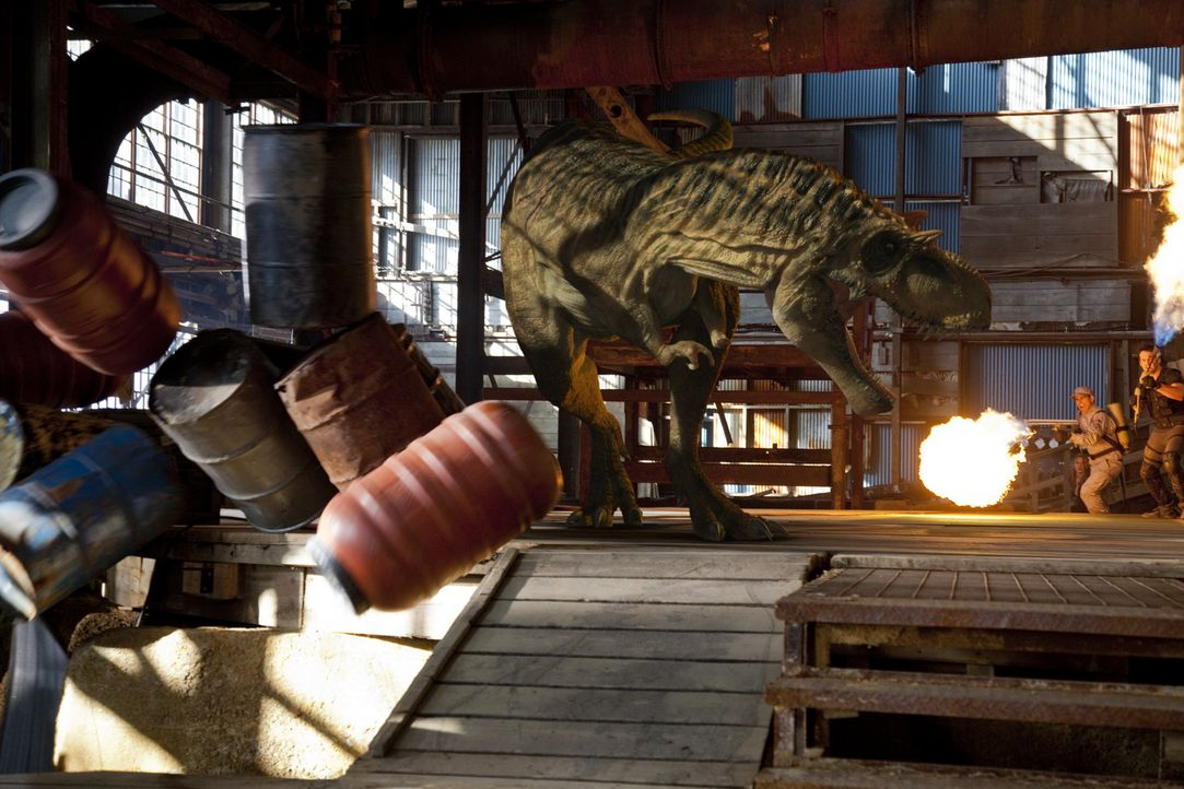 Während Connor zurück kehrt, schlägt für Evan (Niall Matter, r.) die Stunde der Wahrheit, als er dem Albertosaurus gegenüber tritt, der seine F... - Bildquelle: Anomaly Productions Ltd.