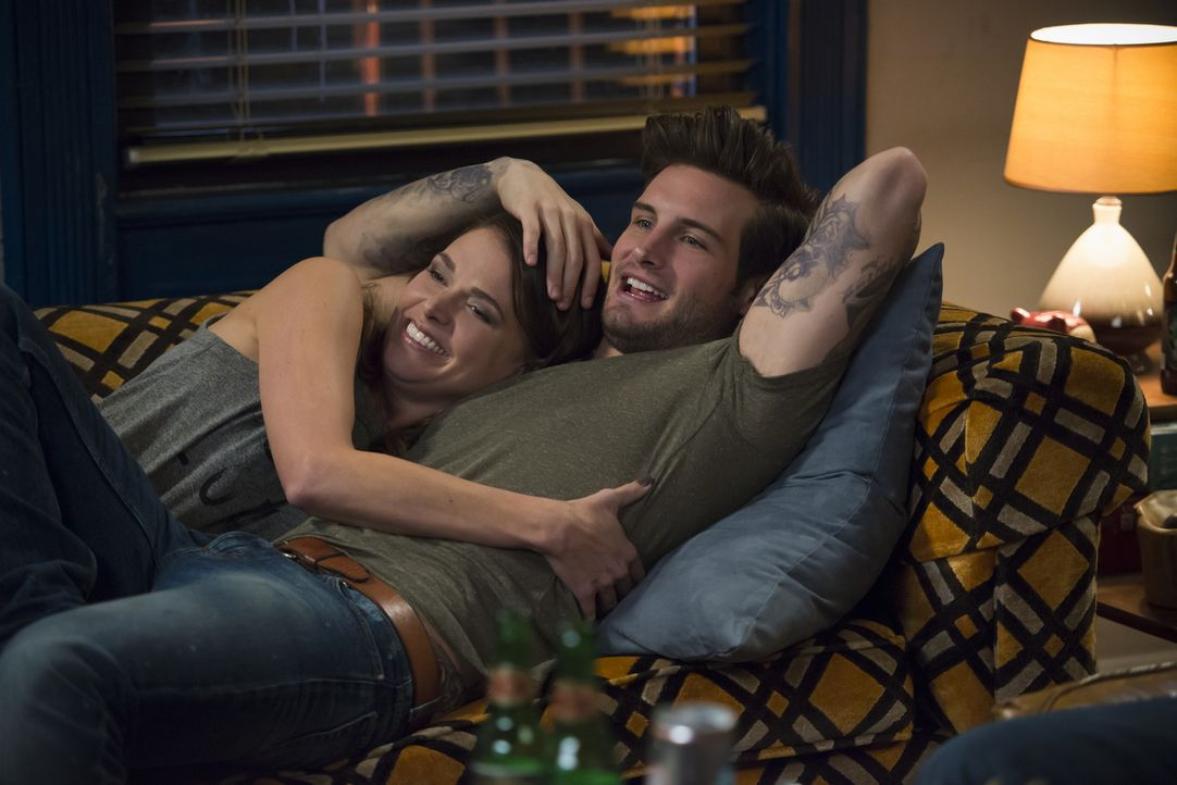 Obwohl sich Liza (Sutton Foster, l.) mit Josh (Nico Tortorella, r.) eigentlich wohl fühlt, zehrt das Leben als angeblich Mitte 20-jährige gewaltig a... - Bildquelle: Hudson Street Productions Inc 2015