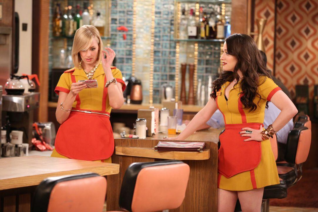 Max (Kat Dennings, r.) und Caroline (Beth Behrs, l.) versuchen, zusammen mit den anderen Angestellten die Schließung des Diners zu verhindern ... - Bildquelle: Warner Brothers