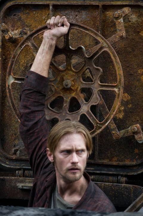 """Regel 3: """"Öffne niemals die Luke!"""" Während eine Virusepidemie weite Teile der Zivilisation dahingerafft hat, wartet Ray (Alexander Skarsgård) zusamm... - Bildquelle: 2015 Warner Bros."""