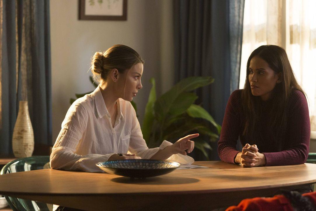 Chloe (Lauren German, l.) reagiert anders, als Maze (Lesley-Ann Brandt, r.) gehofft hatte, als sie Chloe den Zeitungsbericht über Wardens Tod zeigt.... - Bildquelle: 2016 Warner Brothers