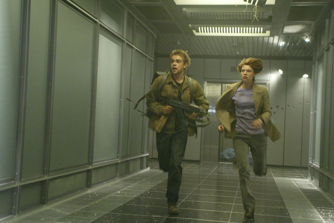 Für John (Nick Stahl, l.), Kate (Claire Danes, r.) und T-800 beginnt ein Wettlauf gegen die Zeit, mit der erbarmungslosen T-X im Nacken ... - Bildquelle: 2004 Sony Pictures Television International. All Rights Reserved.