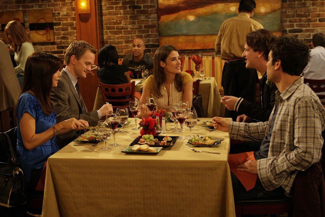 Während Ted (Josh Radnor, r.) den Abend mit Marshall (Jason Segel, 2.v.r.), Barney (Neil Patrick Harris, 2.v.l.), Lily (Alyson Hannigan, l.) und Ro... - Bildquelle: 20th Century Fox International Television