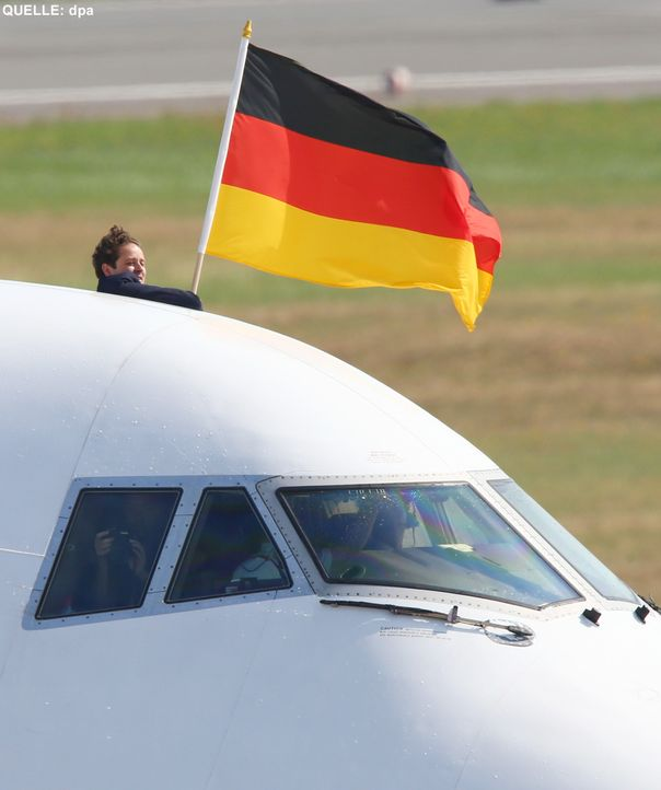 WM-ankunft-nationalmannschaft-berlin-03-140715-dpa - Bildquelle: dpa