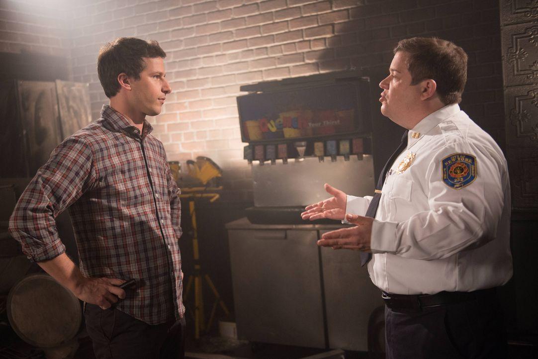 Jake Peralta (Andy Samberg, l.); Boone (Patton Oswalt, r.) - Bildquelle: Eddy Chen 2013 NBC Studios LLC. All Rights Reserved. / Eddy Chen