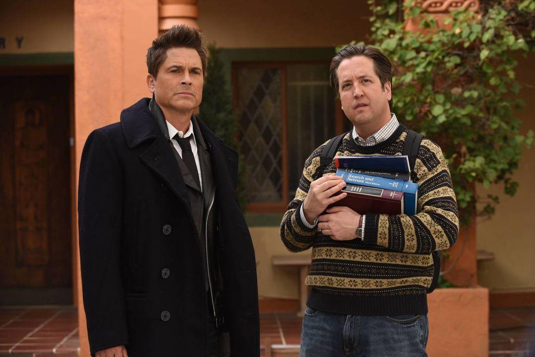 Todd (Steve Little, r.) möchte Dean (Rob Lowe, l.) bei seinen ersten Tagen an der Universität unterstützen, ausgerechnet zu dem Zeitpunkt, als die F... - Bildquelle: 2015-2016 Fox and its related entities.  All rights reserved.