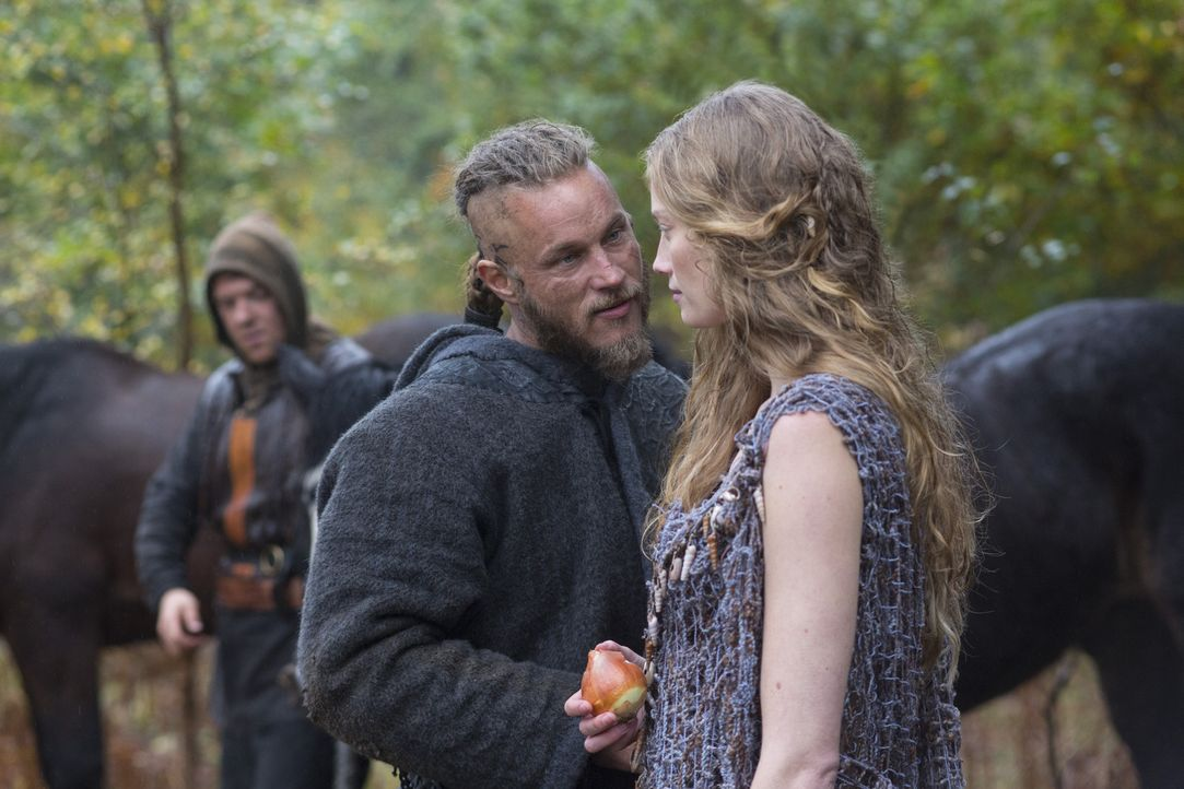 Obwohl seinem Sohn geschworen, die Finger von Aslaug (Alyssa Sutherland, r.), kann Ragnar (Travis Fimmel, l.) der rätselhaften Frau nicht widerstehe... - Bildquelle: 2013 TM TELEVISION PRODUCTIONS LIMITED/T5 VIKINGS PRODUCTIONS INC. ALL RIGHTS RESERVED.