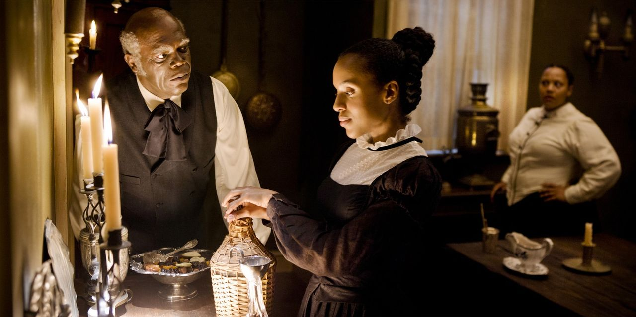 Candies rechte Hand, Hausdiener Stephen (Samuel L. Jackson, l.), ahnt, dass Broomhilda (Kerry Washington, r.) etwas im Schilde führt. Dies will er m... - Bildquelle: 2012 Columbia Pictures Industries, Inc.  All Rights Reserved.