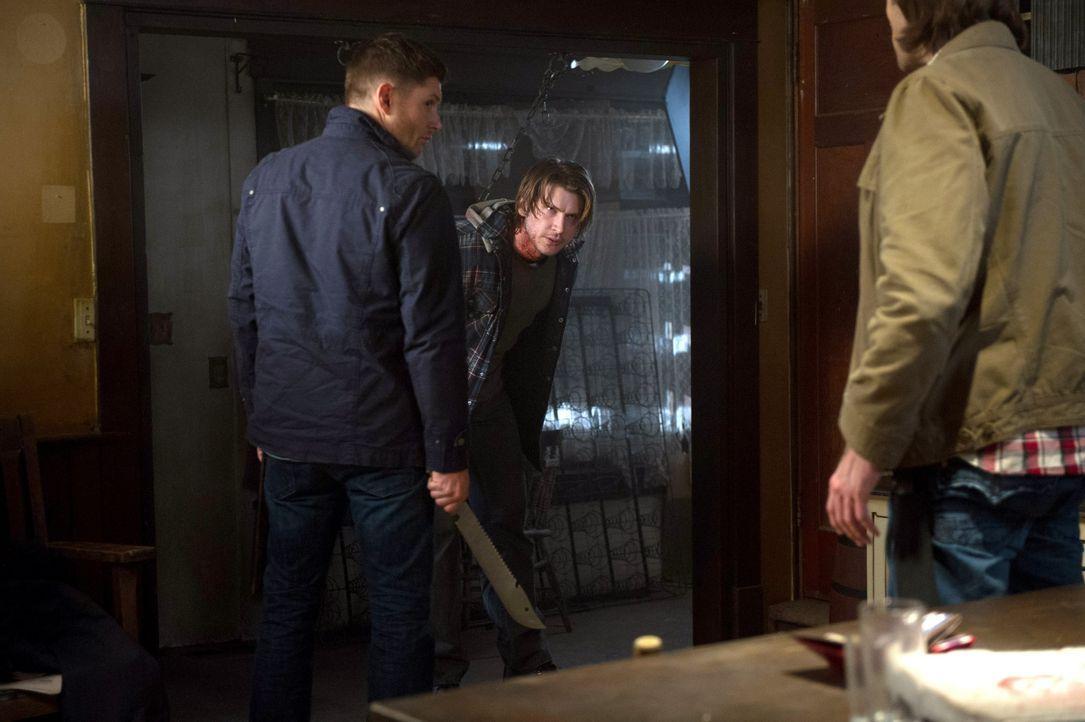 Bekommen Sam (Jared Padalecki, r.) und Dean (Jensen Ackles, l.) die Informationen aus Dale (Greyston Holt, M.) heraus, die sie unbedingt brauchen? - Bildquelle: 2013 Warner Brothers