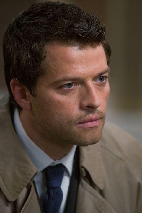 Während Sam nicht mehr als Jäger arbeiten möchte, versucht Dean die Apokalypse zu bekämpfen und arbeitet mit Castiel (Misha Collins) Hand in Han... - Bildquelle: Warner Brothers