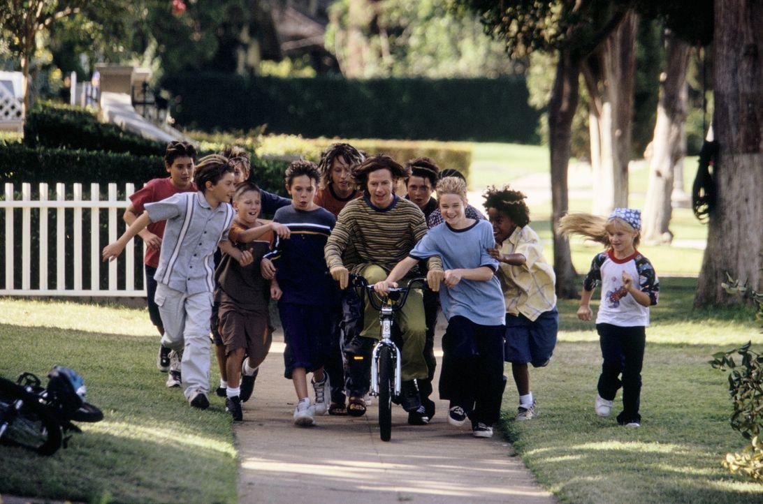 Sam (Scott Terra, 3.v.r.) und Sally (Jenna Boyd, r.) können nicht glauben, dass Dickie (David Spade, 4.v.r.) nie Fahrrad fahren gelernt hat. Erste... - Bildquelle: Mark Fellman Paramount Pictures