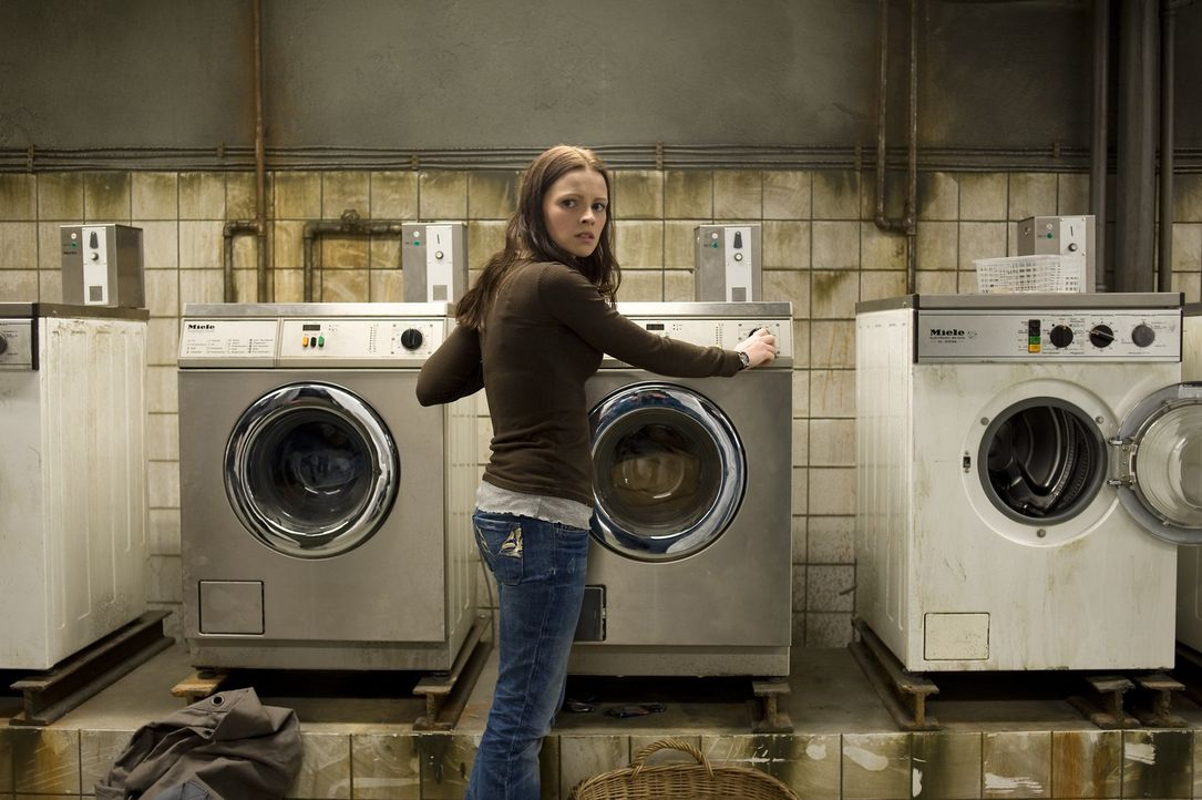 Die Videoaufzeichnungen der aus Zimmer 205 verschwundenen Annika helfen Katrin (Jennifer Ulrich) nicht weiter. Im Gegenteil: Sie werden zunehmends v... - Bildquelle: KATHARINA SIMMET NFP