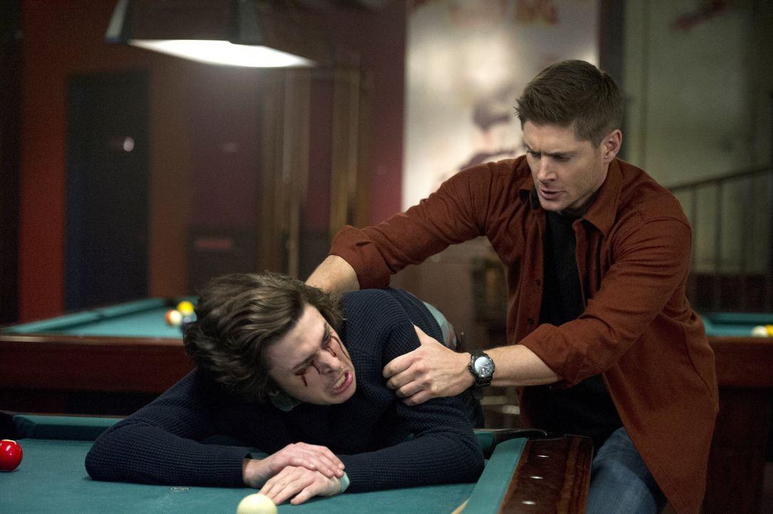 Eigentlich wollte Dean (Jensen Ackles, r.) sich einen schönen Kneipenabend machen, doch dann stattet Rowena ihm einen Besuch ab und setzt ihr Spielz... - Bildquelle: 2016 Warner Brothers