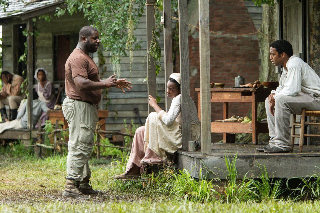 Regieseur Steve McQueen (l.) am Set mit Chiwetel Ejiofor (r.) ... - Bildquelle: TOBIS FILM