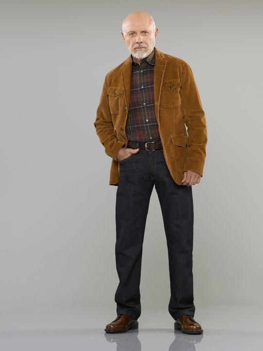 """(3. Staffel) - Der Besitzer des Sport -und Waffenladens """"Outdoor Man"""" Ed (Hector Elizondo) ist Mikes Chef und sorgt gerne mit der ein oder anderen k... - Bildquelle: 2011 Twentieth Century Fox Film Corporation"""
