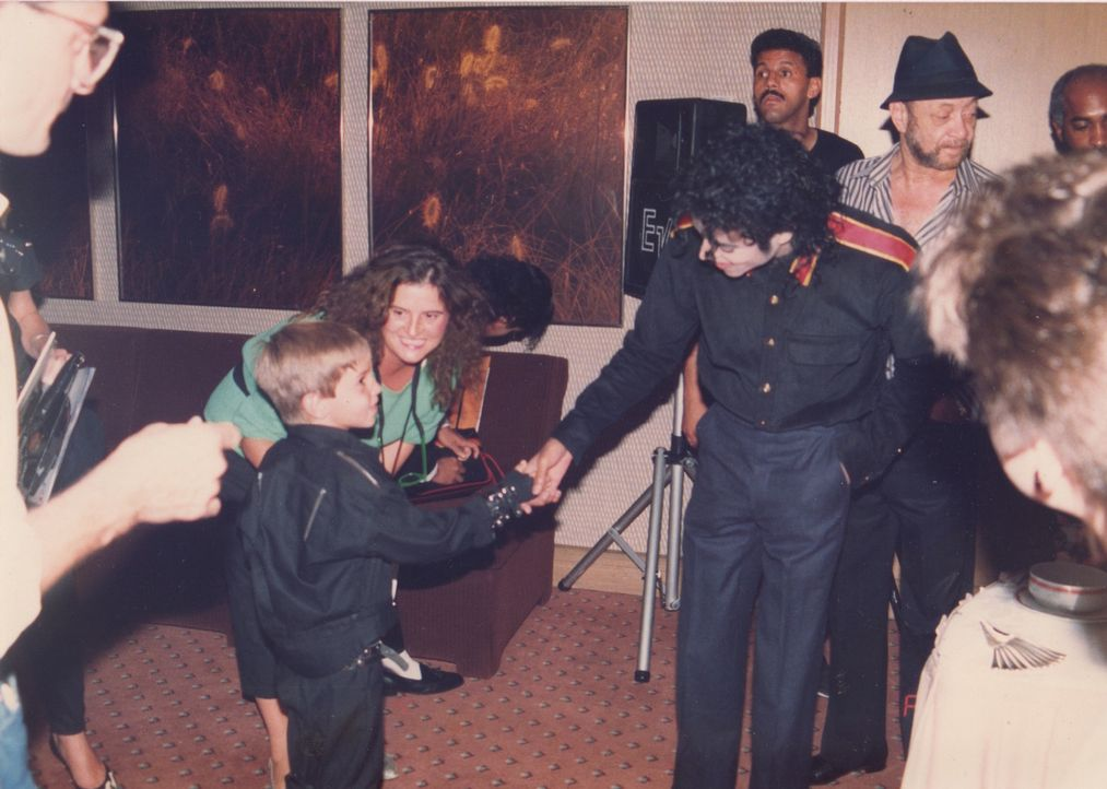 Wade Robson (l.); Michael Jackson (r.) - Bildquelle: Wade Robson archive/Amos Pictures