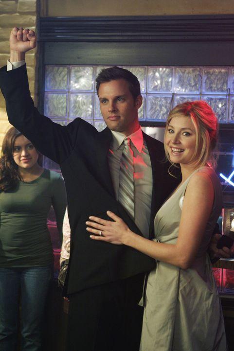 Nach dem angenommen Heiratsantrag fühlt sich Keith (Travis Schuldt, l.) in dem Armen von Elliot (Sarah Chalke, r.) als Sieger ... - Bildquelle: Touchstone Television