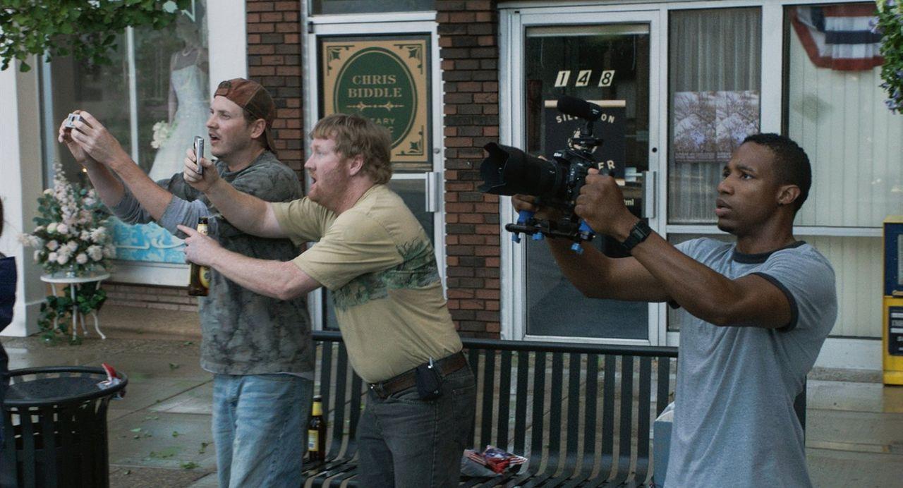 Lebensmüde? Donk (Kyle Davis, l.), Reevis (Jon Reep, M.) und Daryl (Arlen Escarpeta, r.) wollen das Naturspektakel um jeden Preis mit ihren Kameras... - Bildquelle: 2014   Warner Bros.